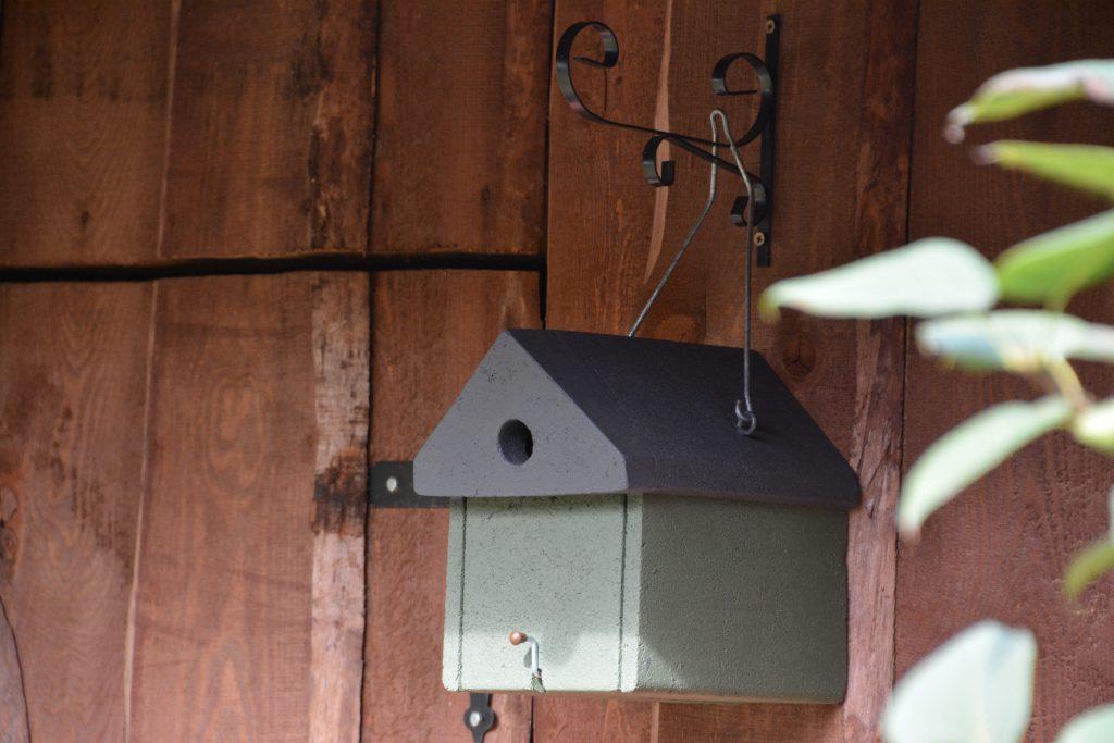 Budka dla ptaków na drewutni