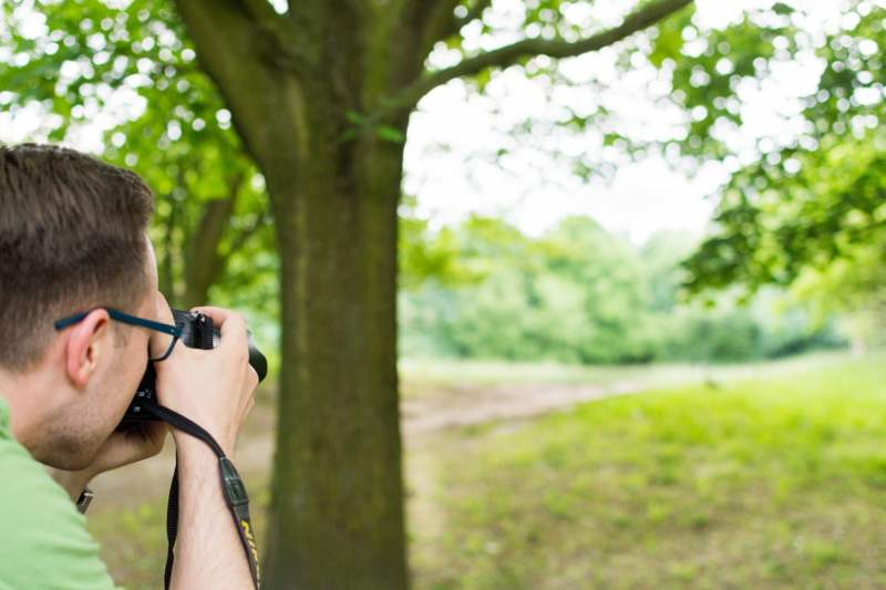 Ornitolog-obserwujacy-ptaki-na-dzialce